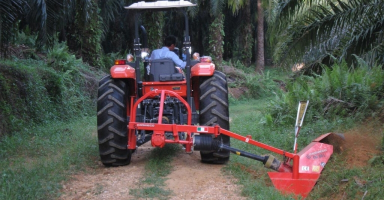 Single-wheel ditcher with side arm for water drainage